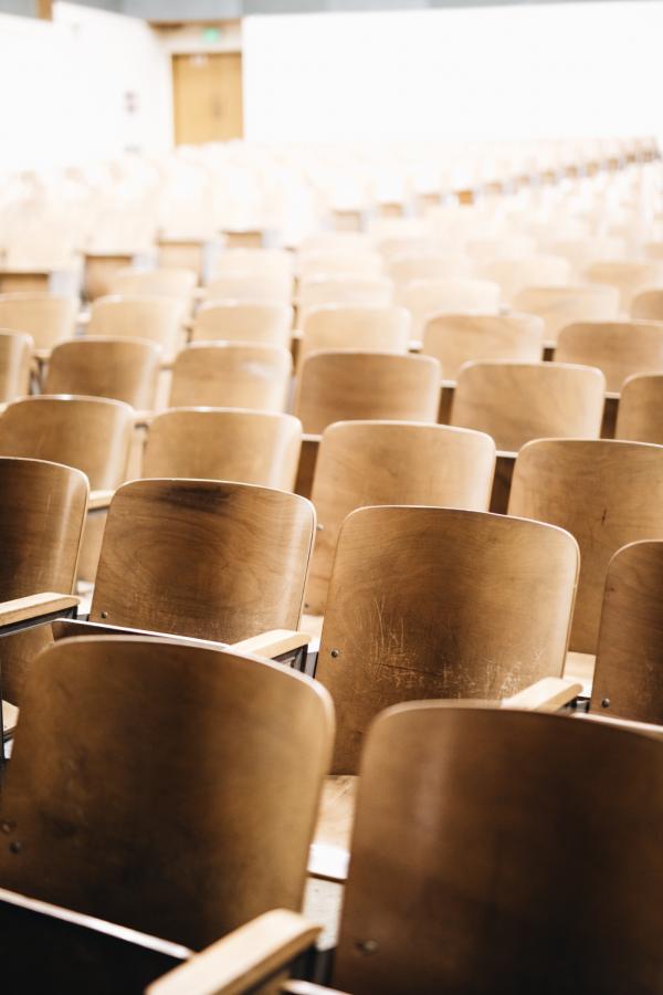 sillas de aulario de universidad