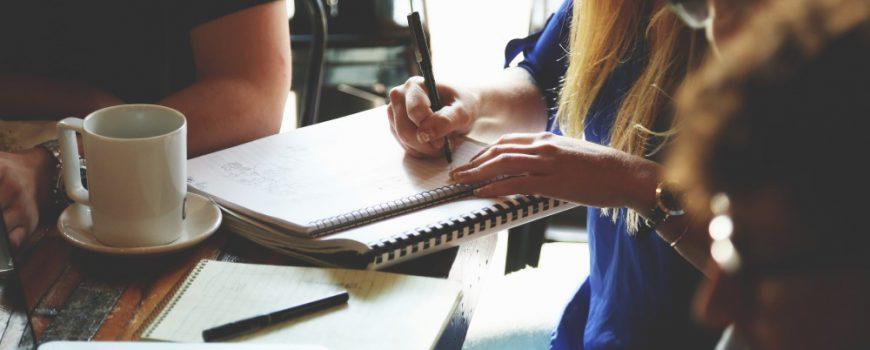 Personas escribiendo